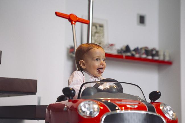 bebé con coche