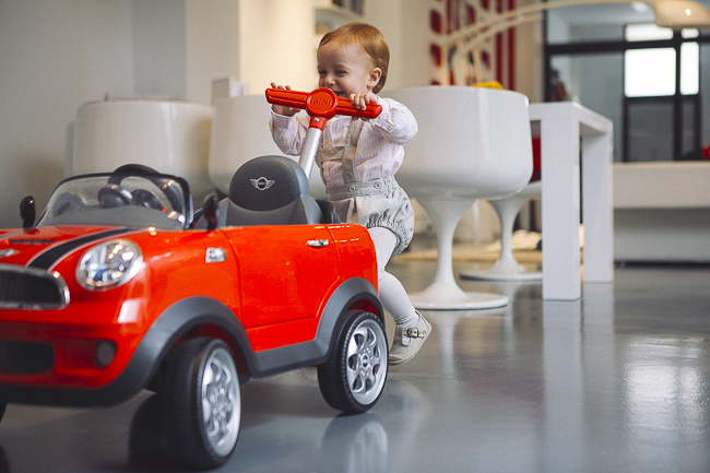 niño arrastrando su cochecito