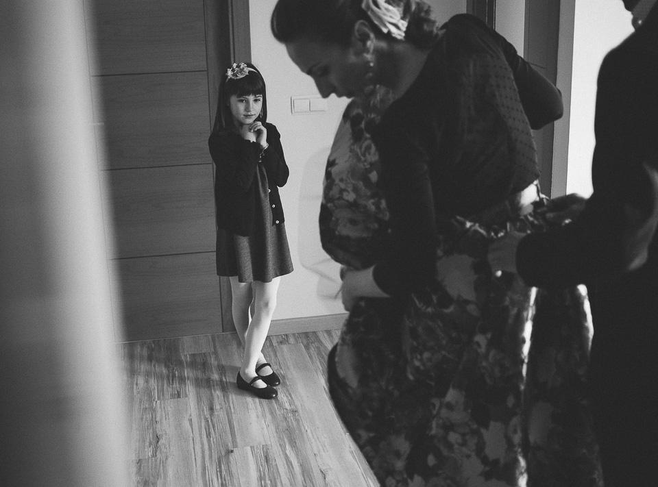 05 sobrina mirando a su familia