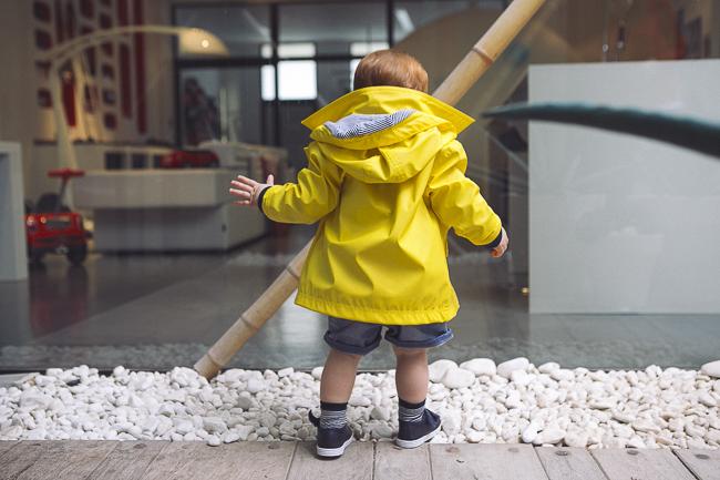 niño pelirrojo disfrazado de capitán pescanova