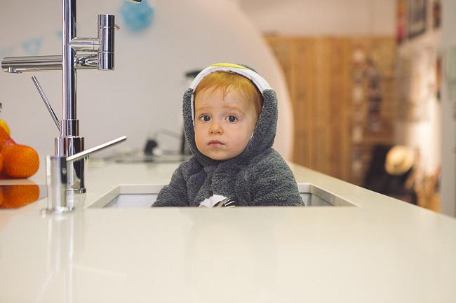 niño pelirrojo en cocina