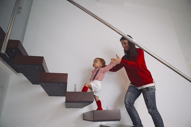 peque subiendo escaleras con su madre
