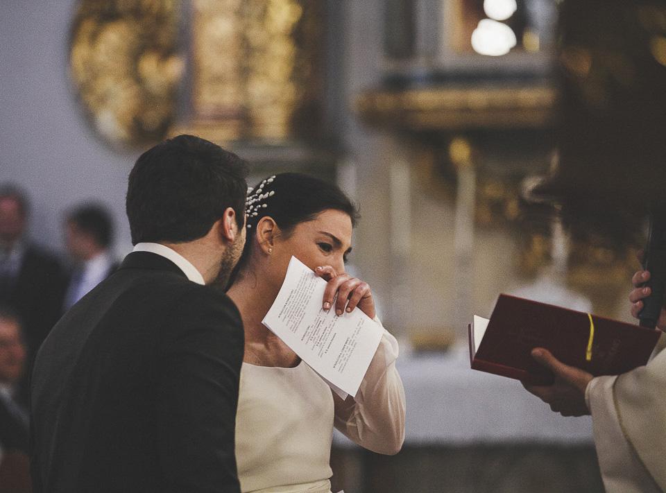 31 novia emocionada en misa