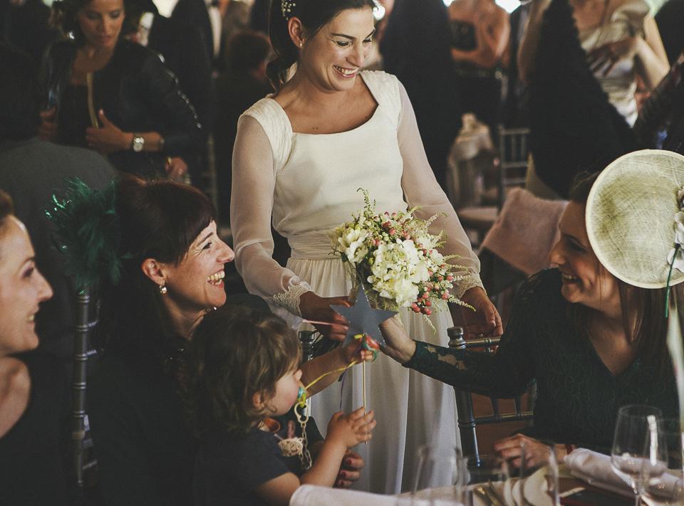 69 entrega de ramo de novia a su hermana