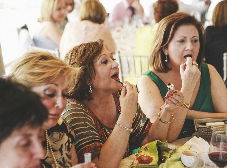 74 senoras retocando sus labios
