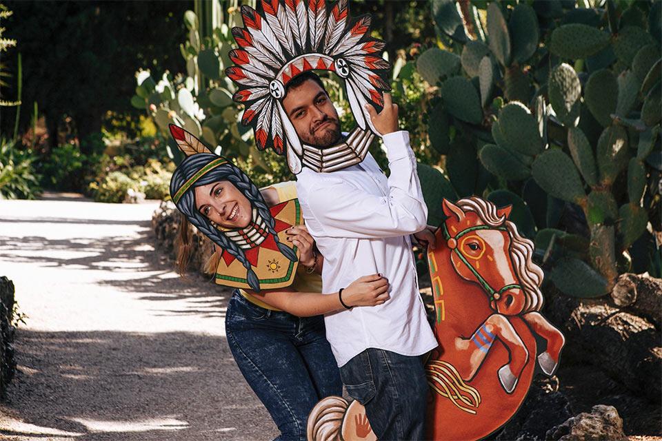 indio e india con caballo salvaje con piezas pintadas a mano photocall
