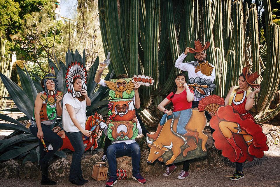 los fandi estrenando el divertido photocall de indios y vaqueros