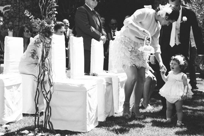 03 nina llorando llevando anillos novio