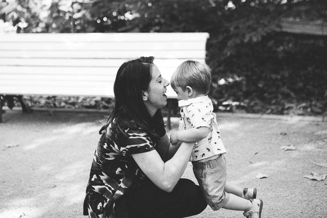 04 madre con hijo jugando