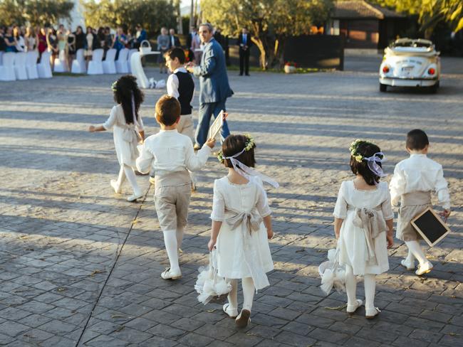 12 ninos llevando anillos de boda fandi