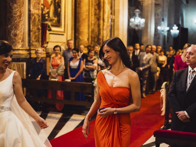 13 amiga llevando anillos boda