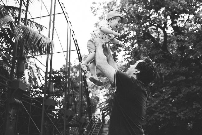 13 padre jugando con su hijo en parque