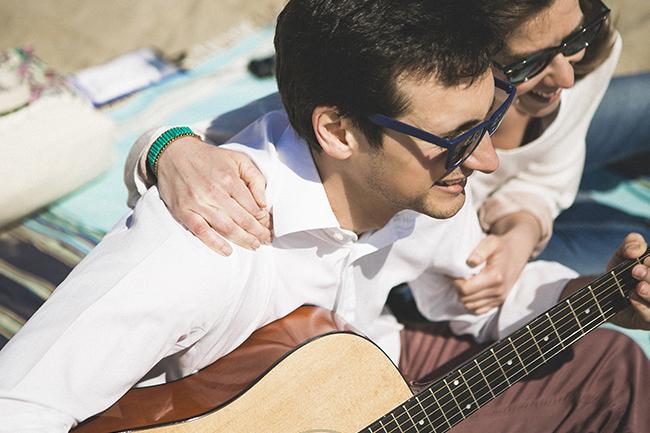 06 pareja con guitarra en la playa