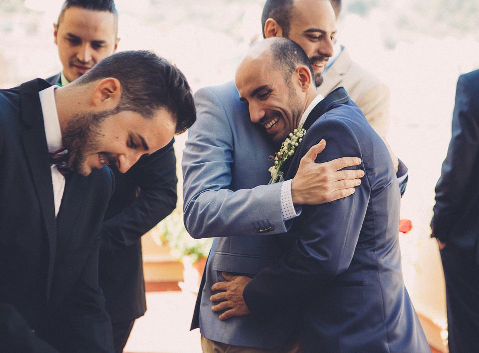 09 abrazo de novio con amigos