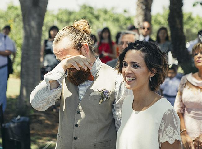 11 boda civil en arboleda con novio emocionado