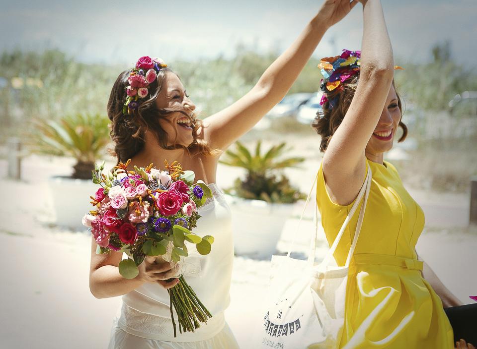 12 novia bailando con amiga