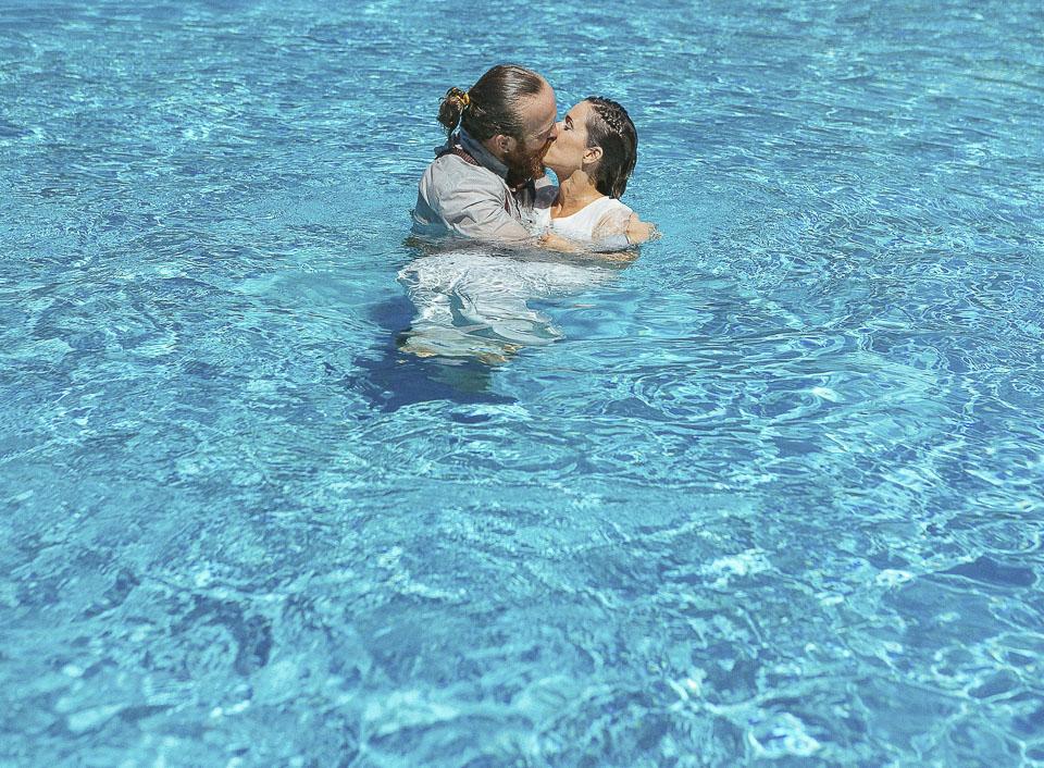 Una boda con fiesta en la piscina