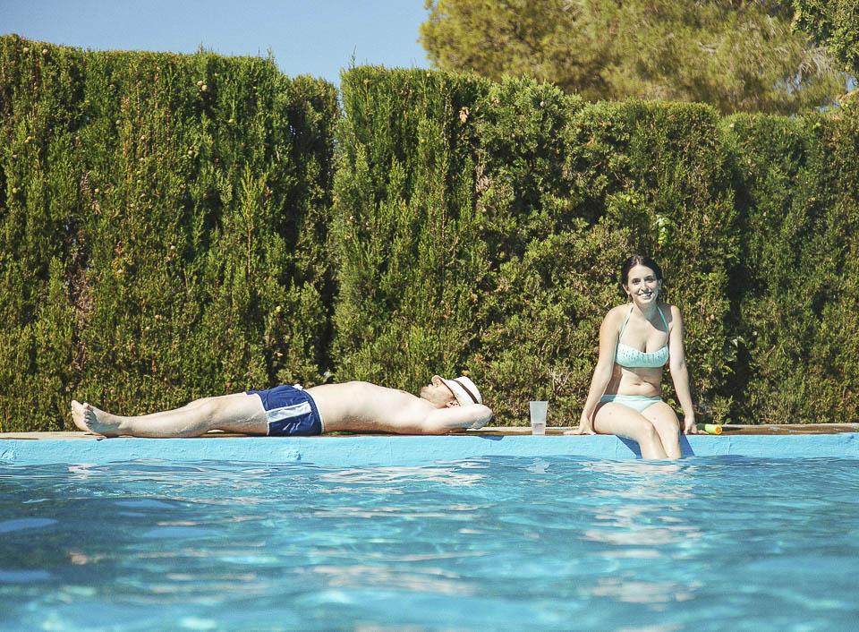 137 descansando en la piscina