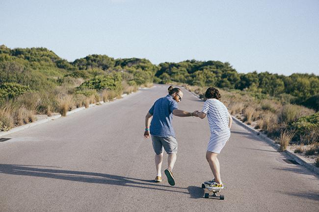 22 preboda con tabla de skate longboard