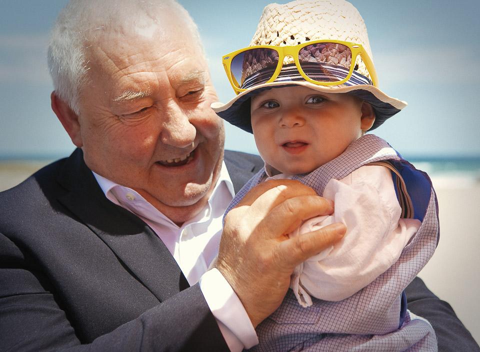 36 abuelo con nieto en boda en la playa