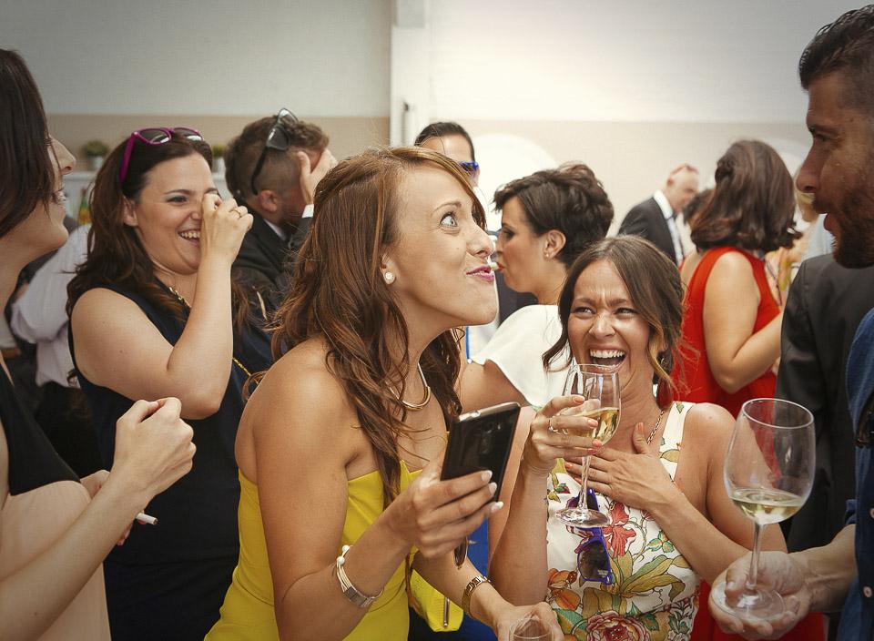 43 expresion graciosa de invitados en boda en la playa