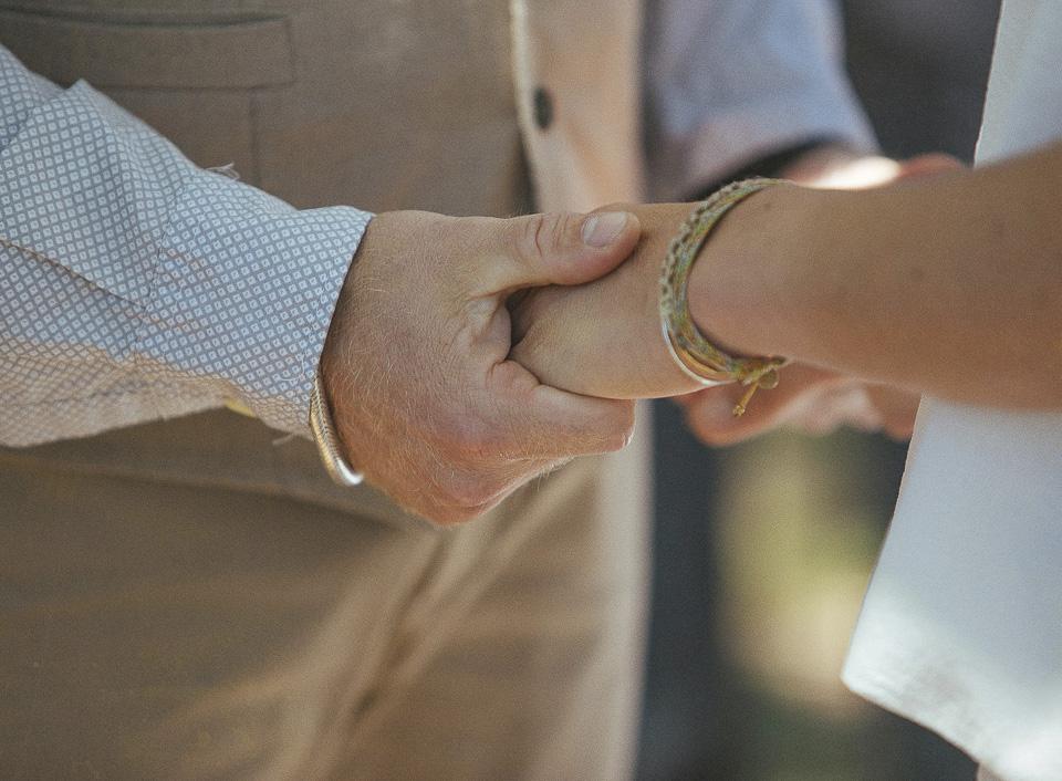 56 manos de novios unidas