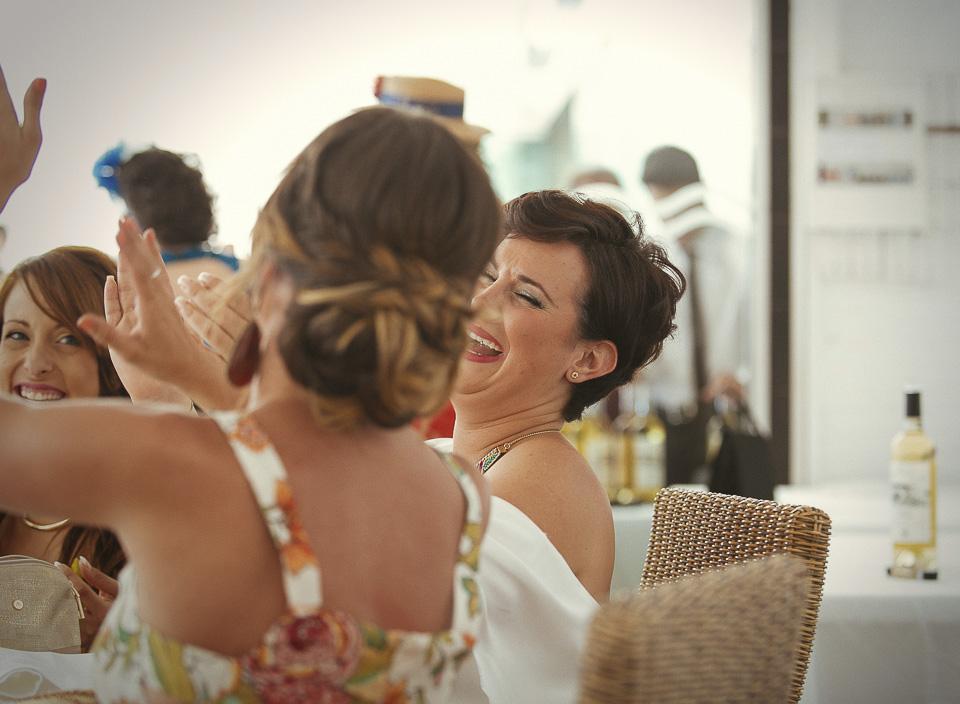 58 expresion graciosa de invitados en boda en la playa