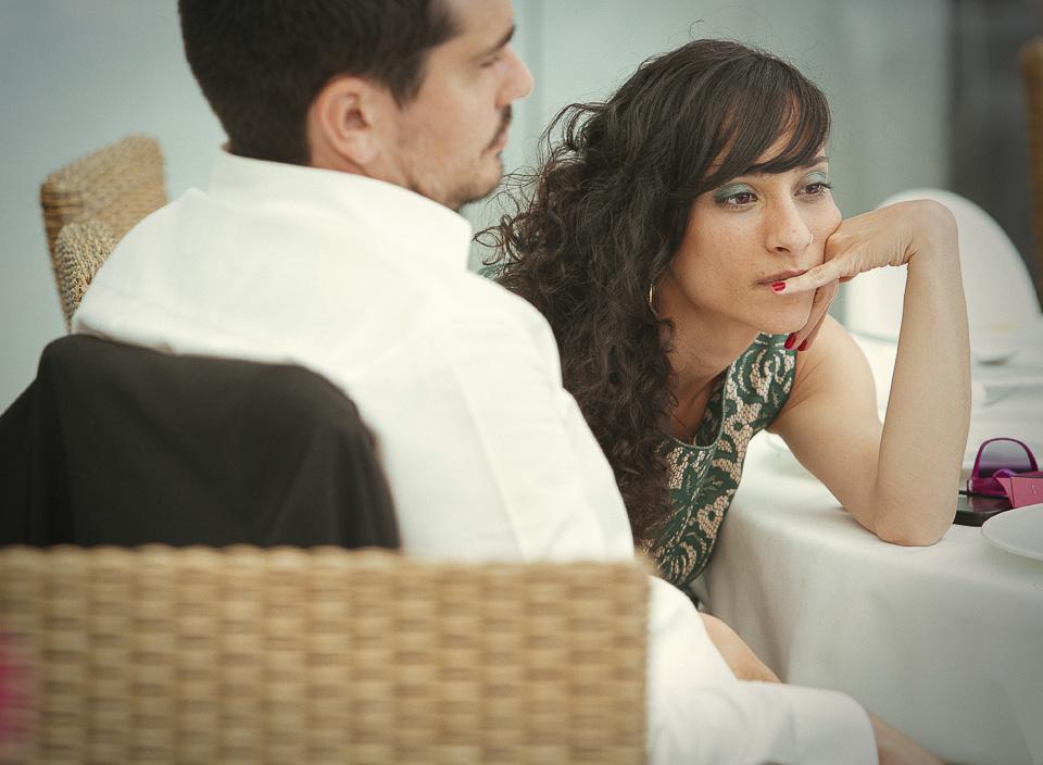 64 invitada de boda atenta