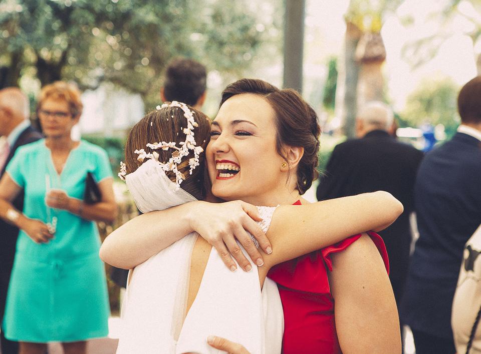 67 abrazo de novia con amiga