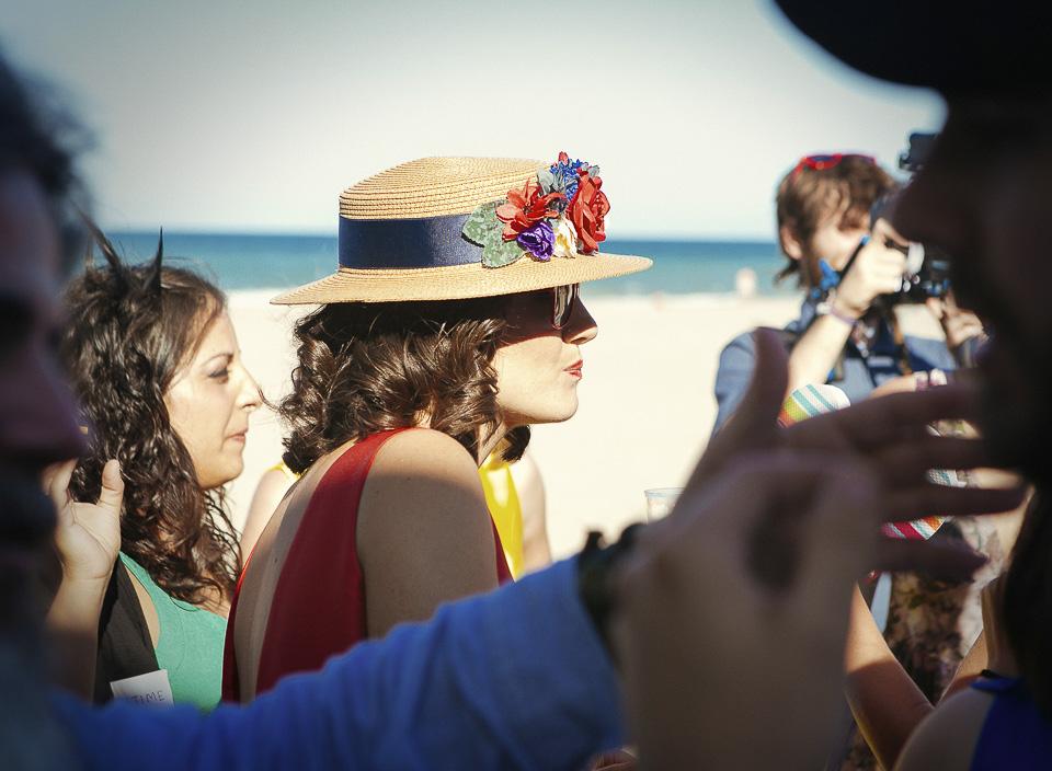 78 invitada a boda de playa con sombrero