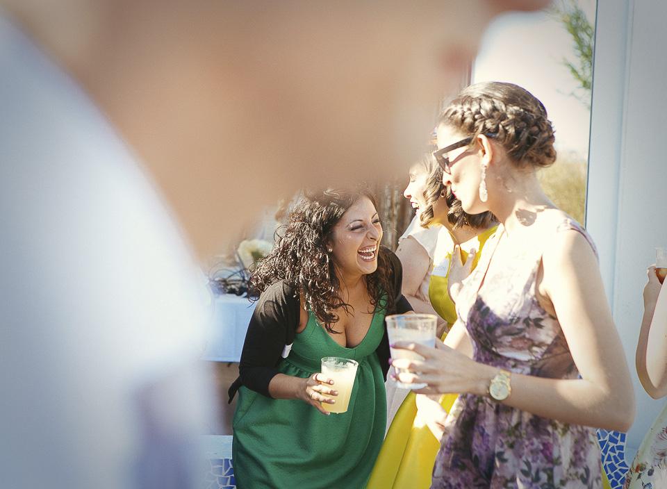 80 invitada riendo en boda de dia