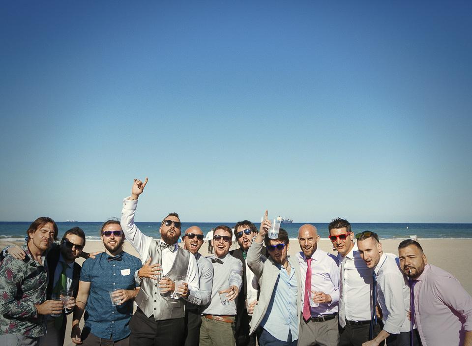 81 amigos posando en foto en boda
