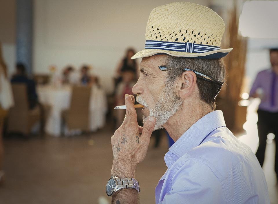 87 invitdado de boda fumando