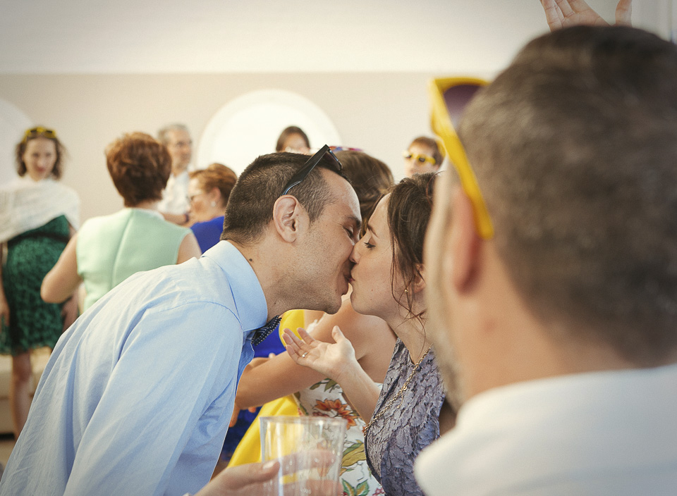92 beso entre invitados a boda