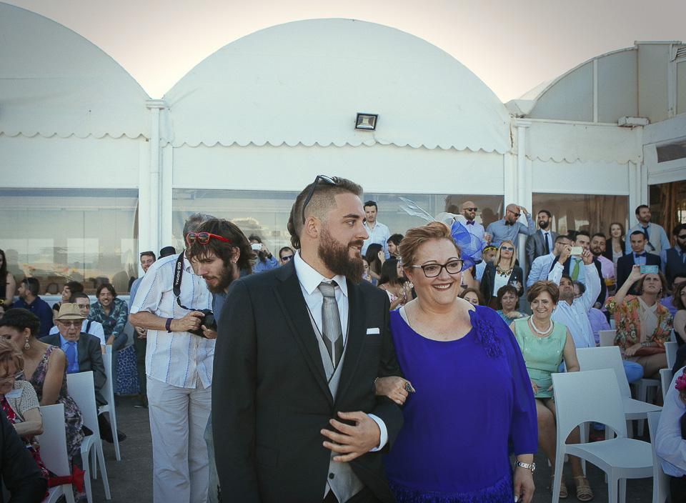 99 novio entrando a ceremonia civil en playa