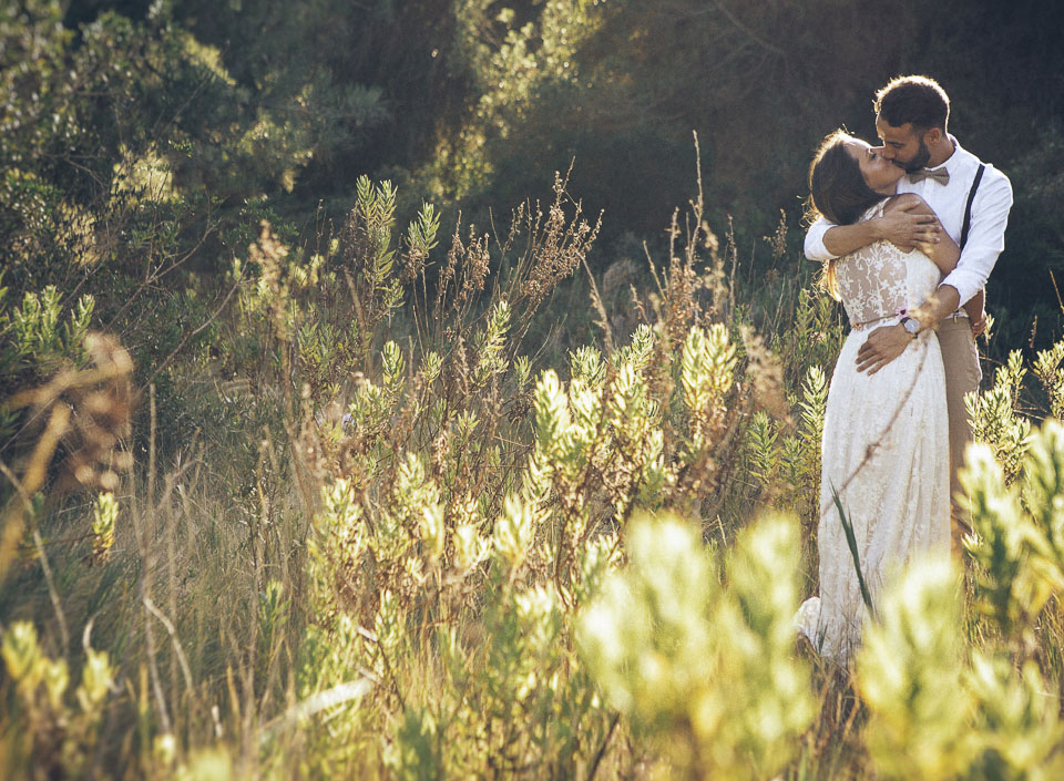 13 abrazo y beso de pareja enamorada