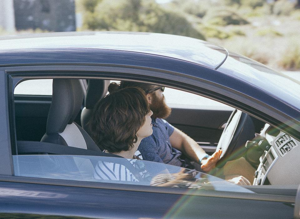 01-pareja-de-novios-en-coche