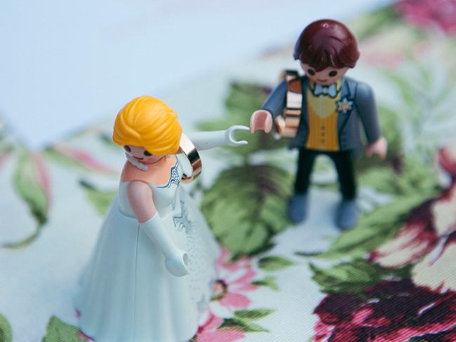 05-novios-playmobil-con-anillos-en-ceremonia