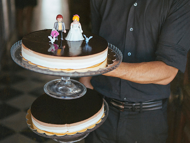 07-pareja-playmobil-sobre-tarta-de-chocolate