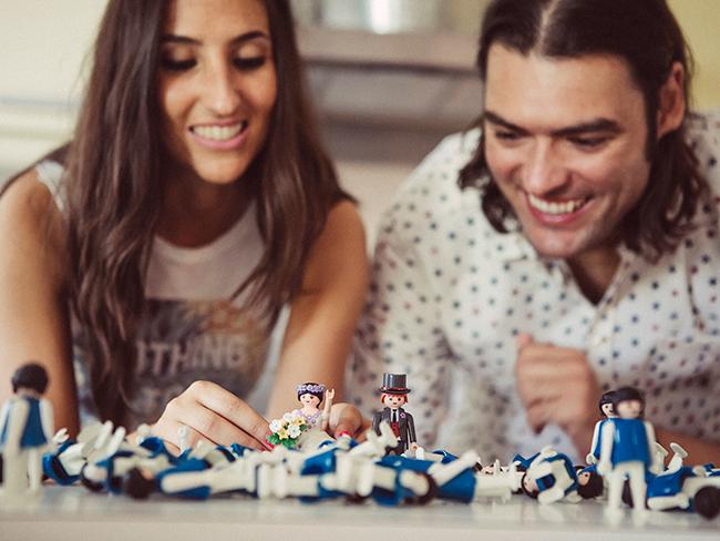 13-pareja-preparando-playmobils-en-su-divertido-preboda