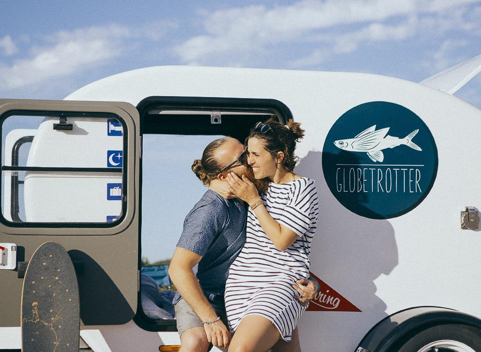 25-abrazo-y-beso-de-pareja-en-roulotte