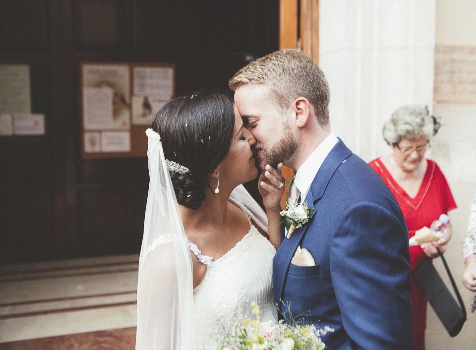 42-beso-recien-casados