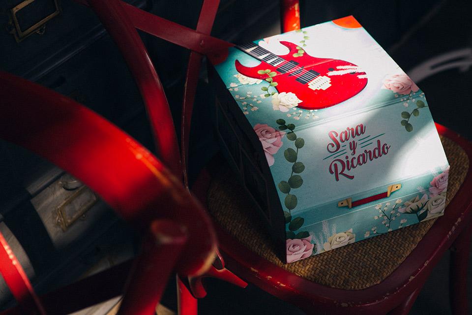 caja de-fotos de boda con una guitarra electrica