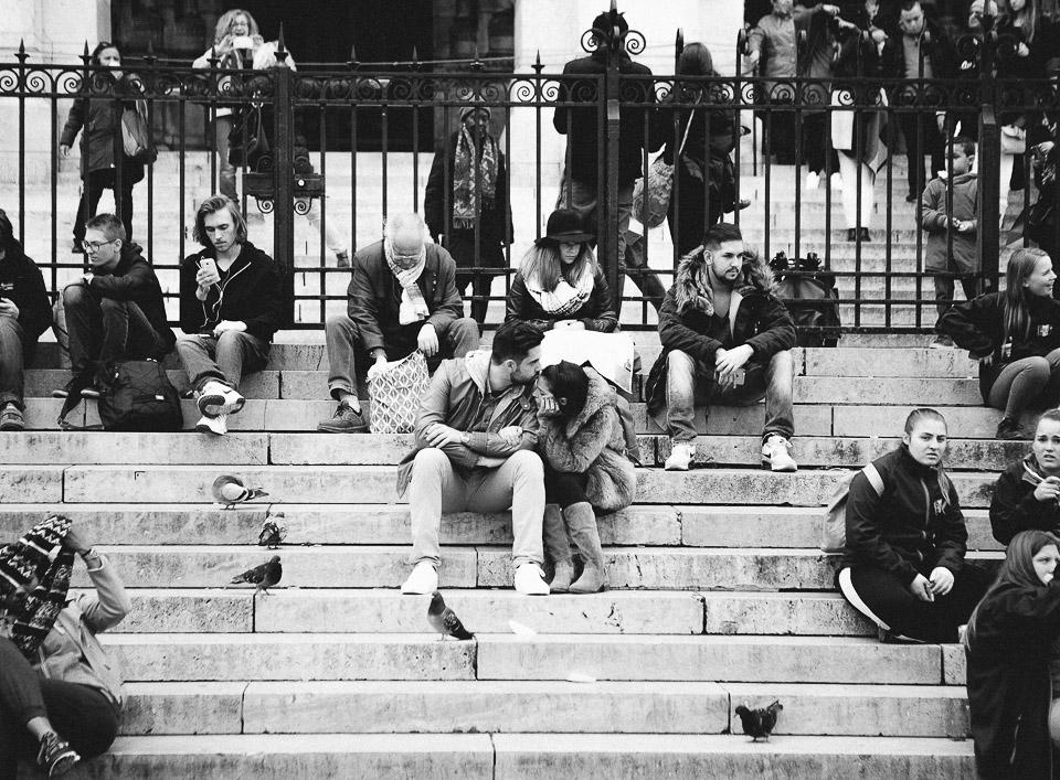 22-pareja-sentada-en-el-sagrado-corazon-paris