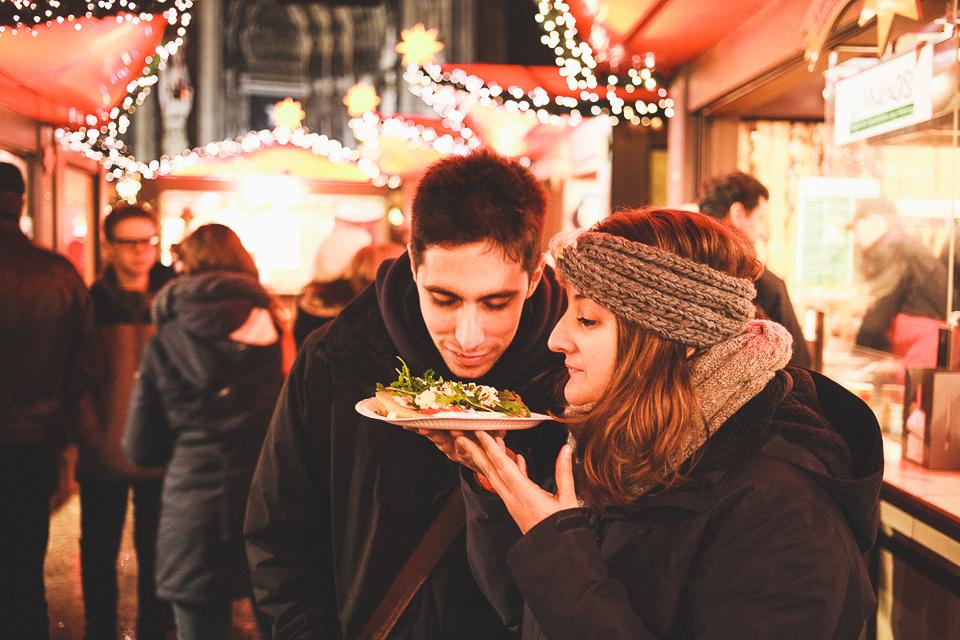 23-merienda-de-pareja-en-mercado-de-navidad