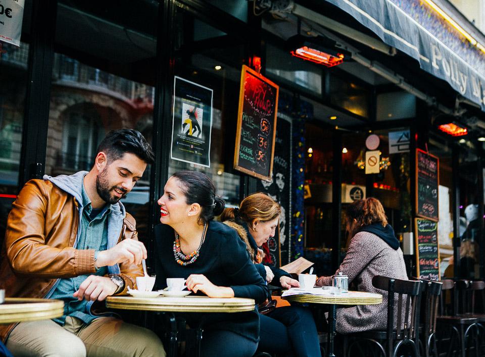 28-pareja-tomando-cafe-en-paris