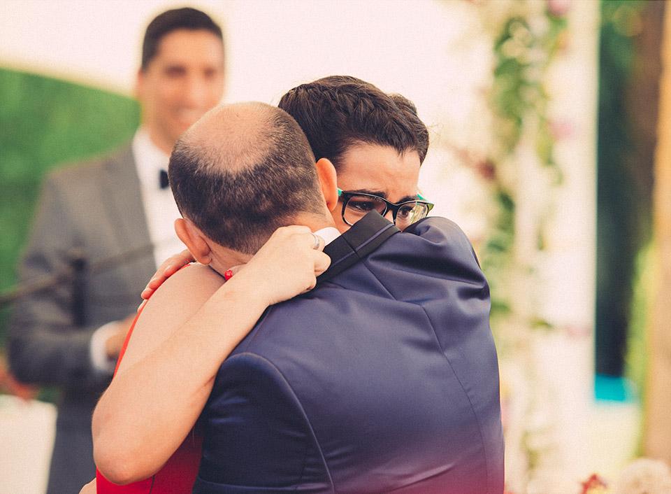 momento-emocionante-en-la-boda-con-un-abrazo