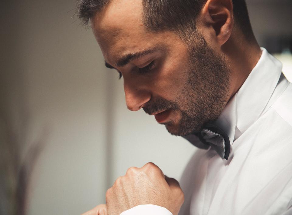 03-novio-vistiendose-boda-fandi