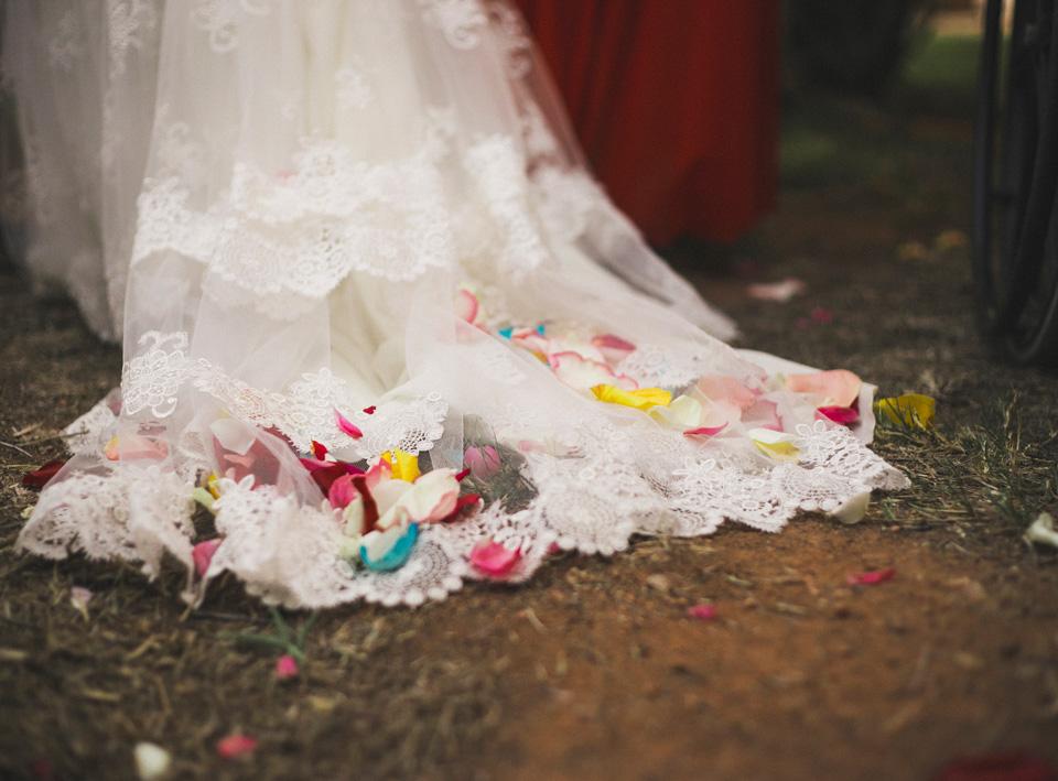 39-cola-traje-de-novia-yolancris-con-petalos-de-colores