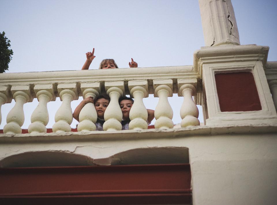 45-ninos-en-el-balcon-viendo-a-los-novios